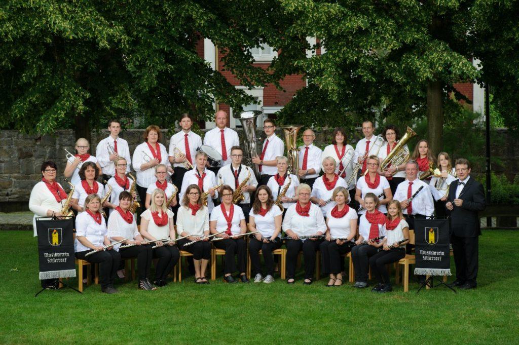 Bild des gesamten Orchesters mit weißem Oberteil